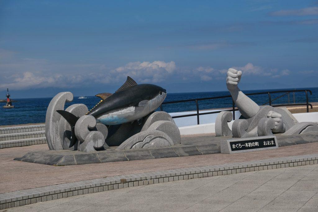 Si fière de son thon, la ville d'Oma lui a érigé une statue