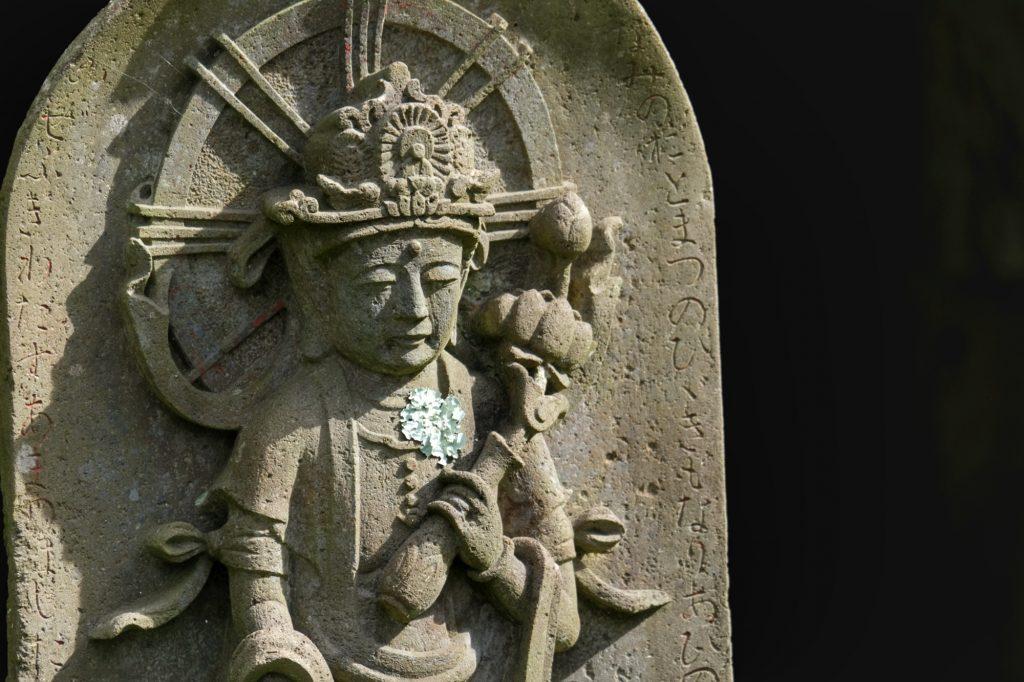 Une statue dans les jardins devant le Zuigan-ji de Matsushima