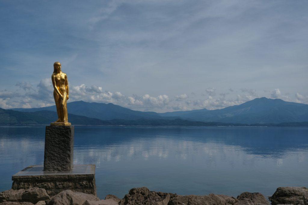 Statue de Tatsuko au bord du lac Tazawa