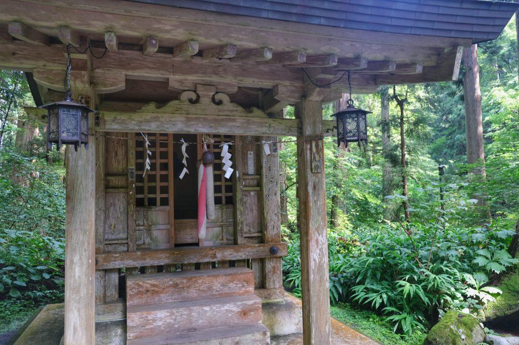 Un temple le long du sentier du Haguro San
