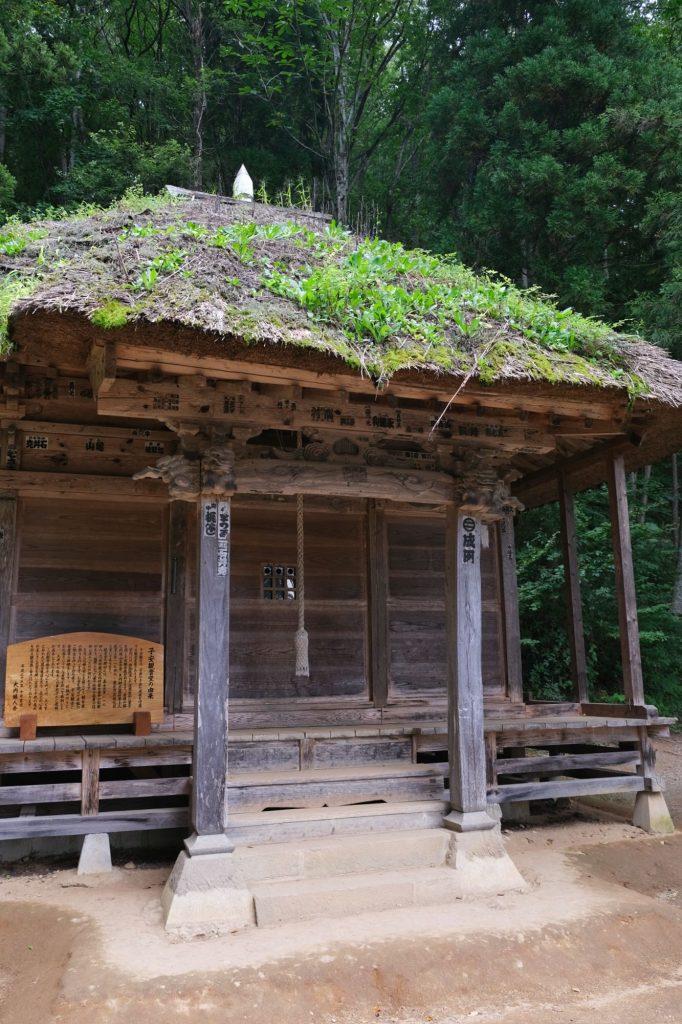 Un temple et son herbe sur le toit à Ouchi-juku