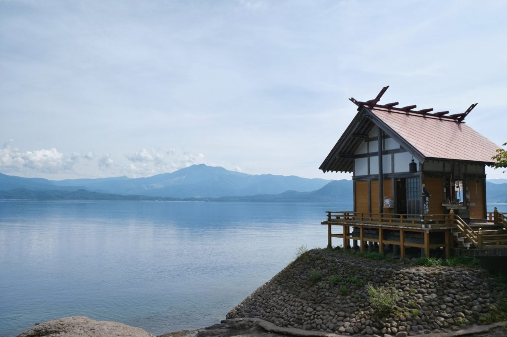 Le temple surplombant le lac Tazawa