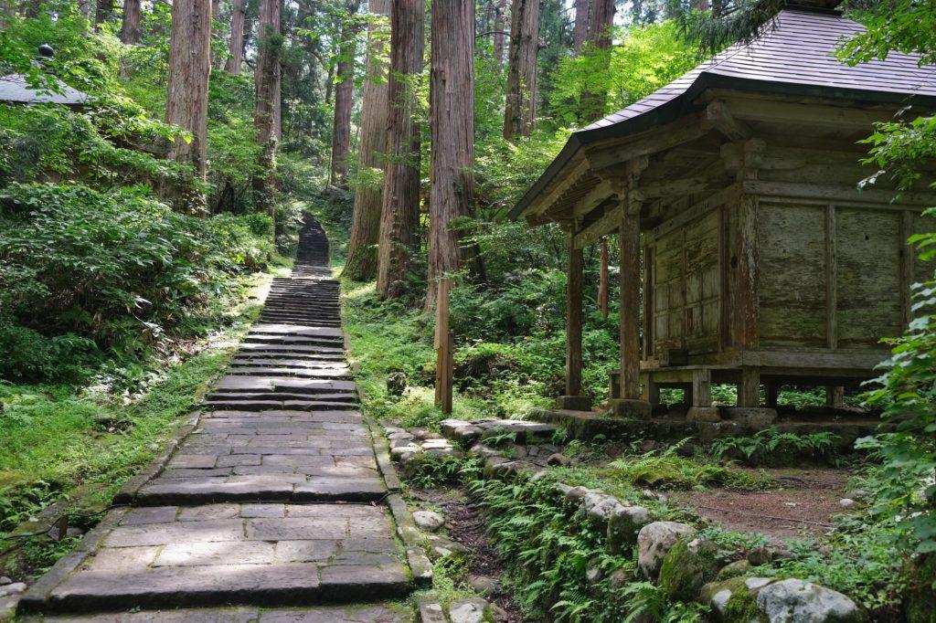 Un temple au bord du sentier du Mont Haguro