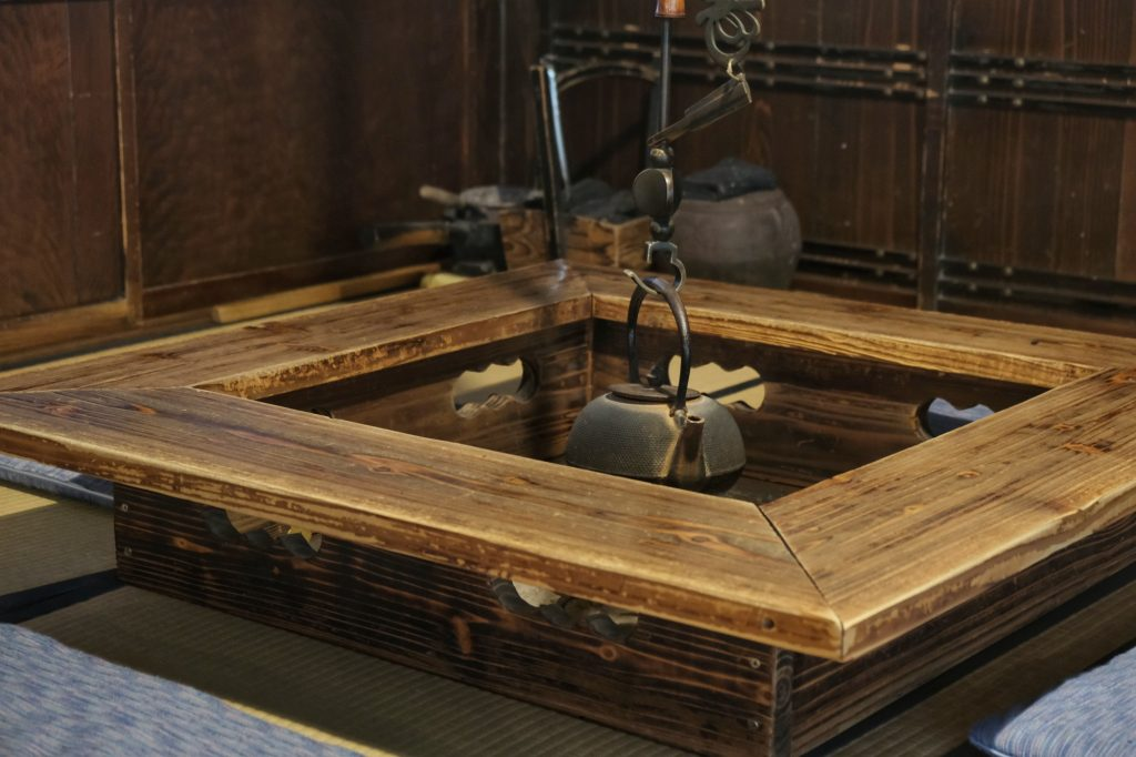 Ironi, trou dans le salon contenant le foyer pour cuire le repas et le thé, dans la maison Ishiguro