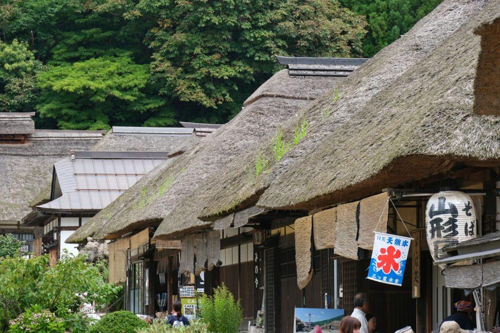 Les toits de chaume du village d'Ouchi-juku