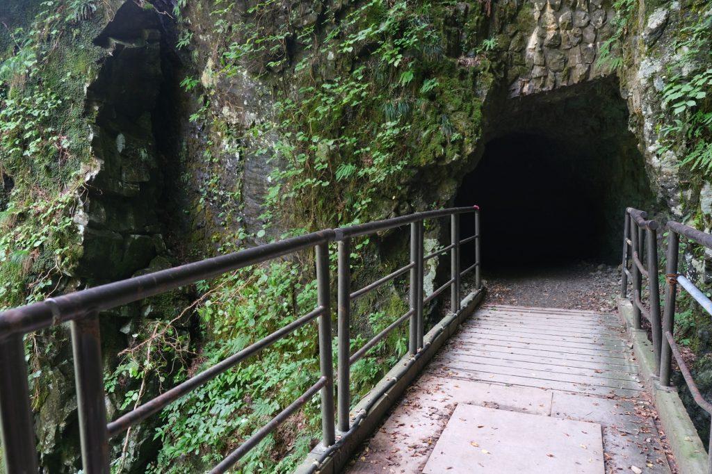 Un tunnel le long du sentier des gorges