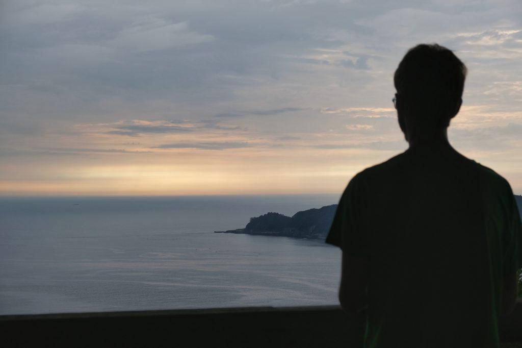 Vincent contemple le lever de soleil sur les côtes de Sanriku Kaigan