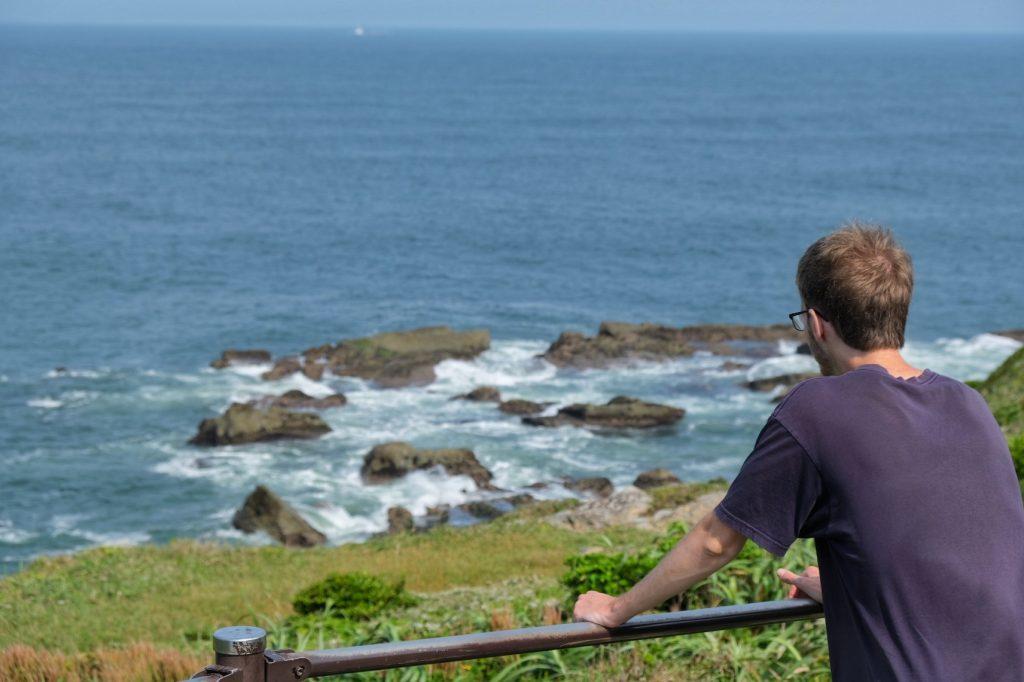 Vincent contemple l'océan tourmenté du cap Inubo