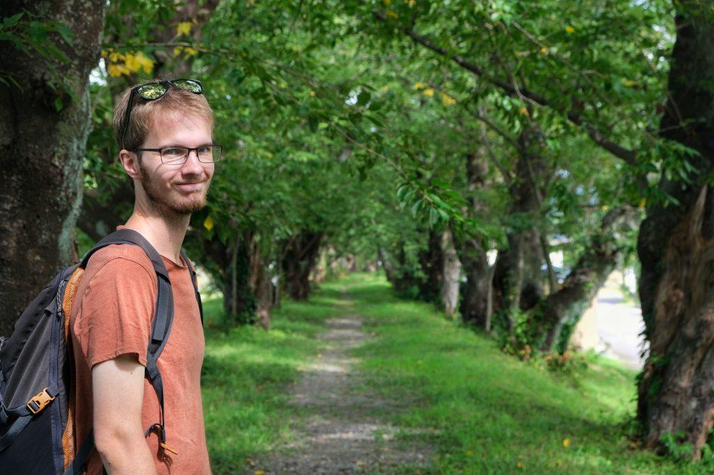 Vincent profite de l'ombre des cerisiers le long de la rivière à Kakunodate