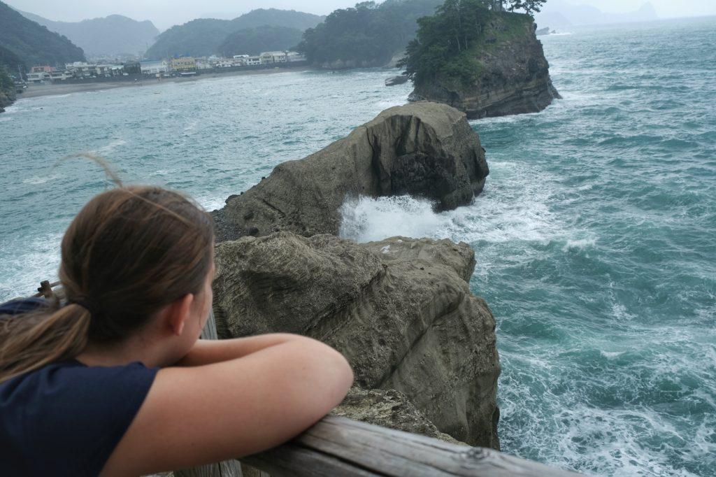 Claire contemple la baie de Dogashima