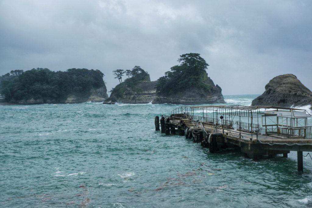 Le quai dans la baie de Dogashima dans la péninsule d'Izu