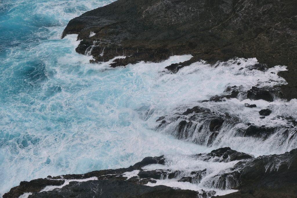 Les vagues du cap Iro dans la péninsule d'Izu