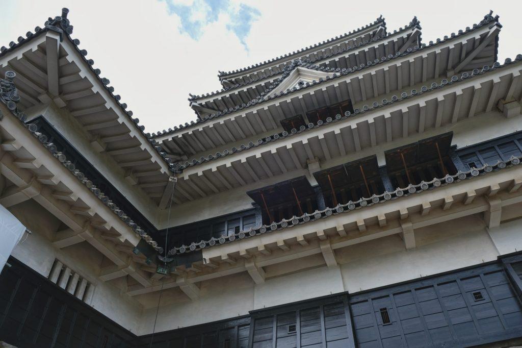 Contre-plongée du château de Matsumoto