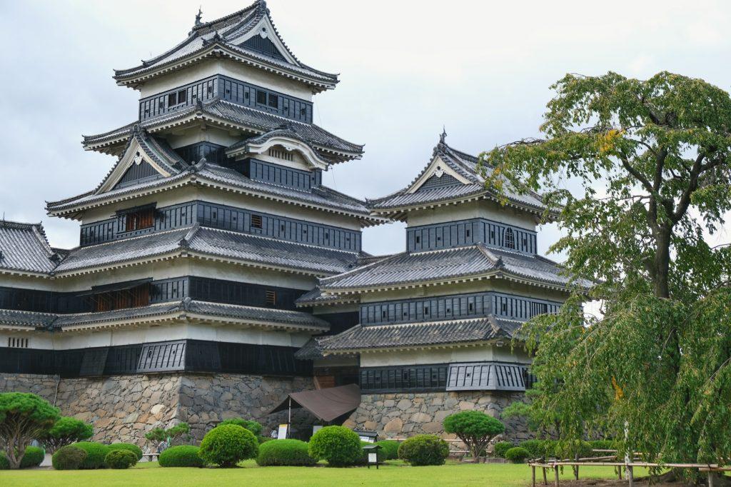 Le château de Matsumoto vue depuis ses jardins