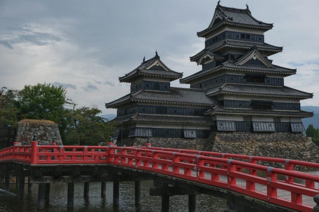 Le châtreau de Matsumoto et son pont rouge