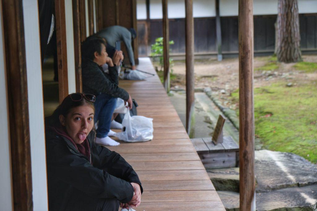 Claire tire la langue devant les jardins de Takayama Jinya