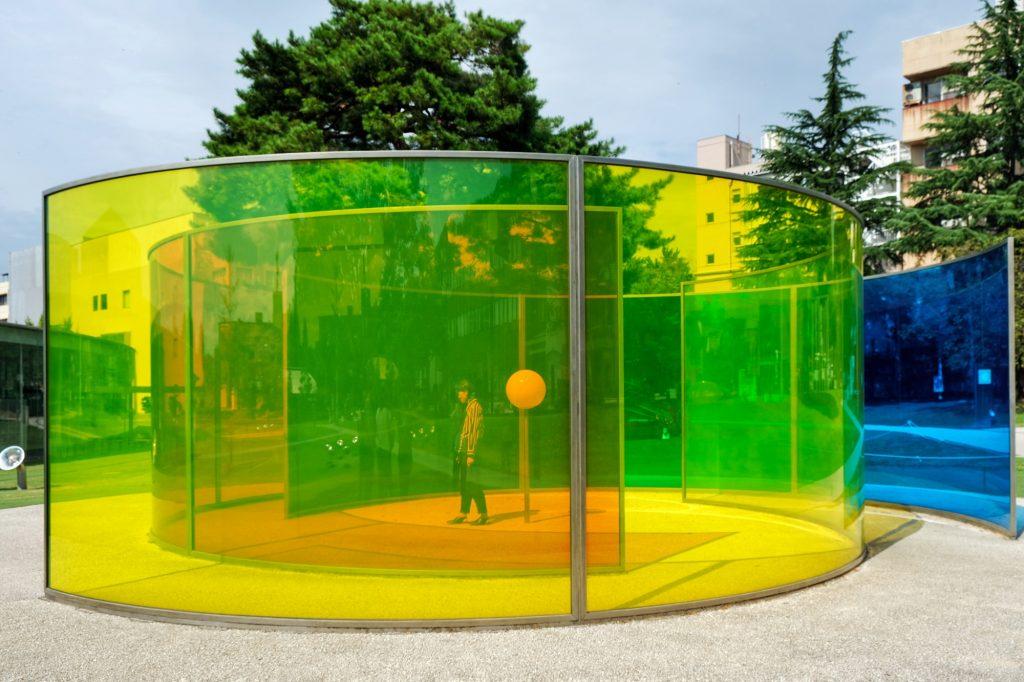 Installation artistique tout en couleur dans le musée du XXIe siècle de Kanazawa