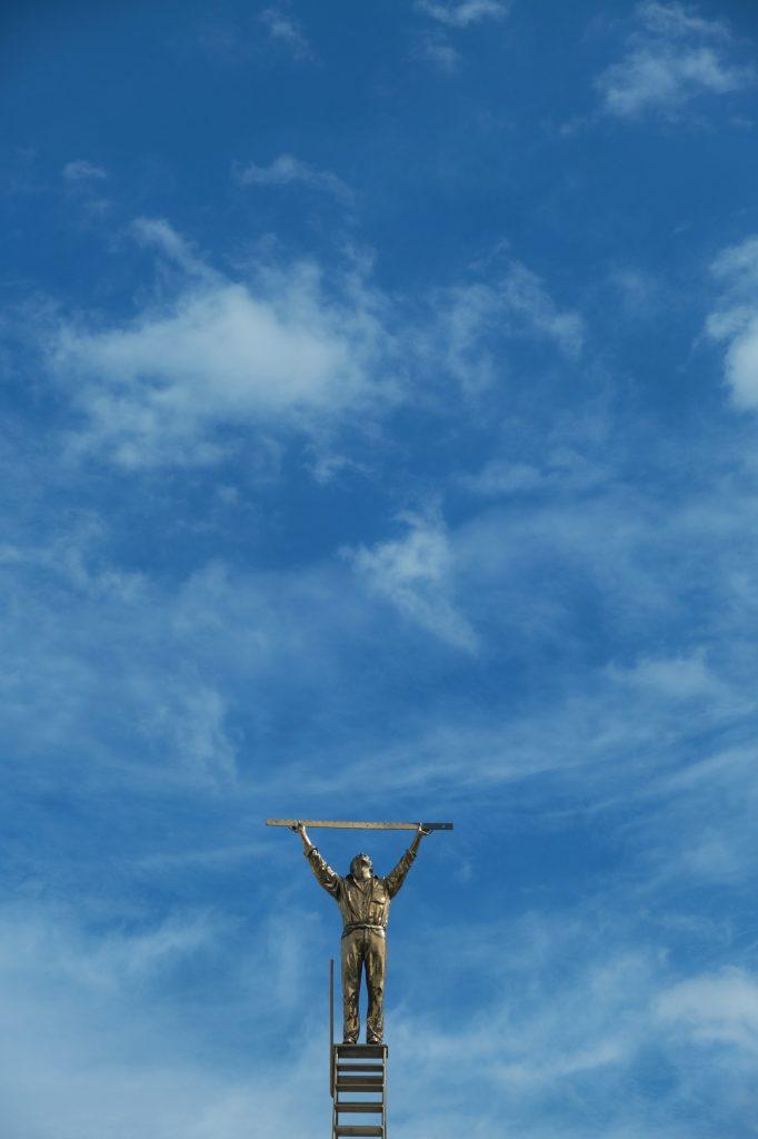 Une statue dorée sur le toit du musée du XXIe siècle de Kanazawa