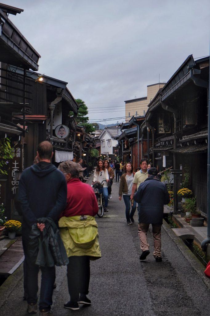 Rue traditionnelle et ses commerces à Takayama