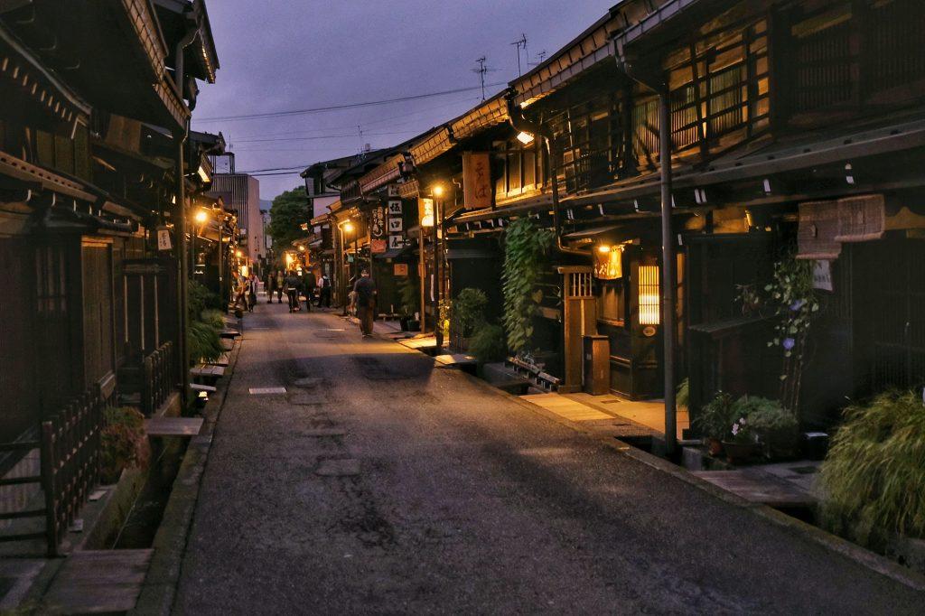 Rue traditionnelle de nuit à Takayama
