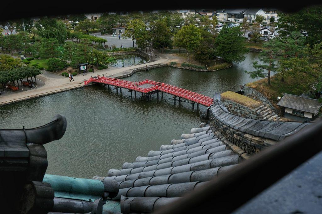 Le toit et les douves du château de Matsumoto