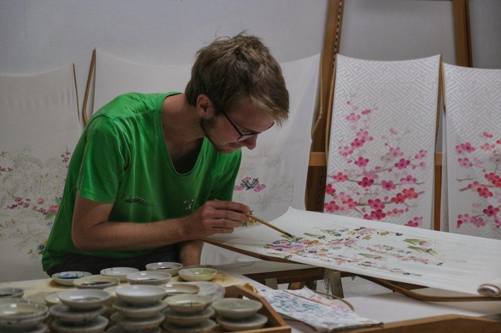 Vincent (fait semblant) de peindre sur la soie