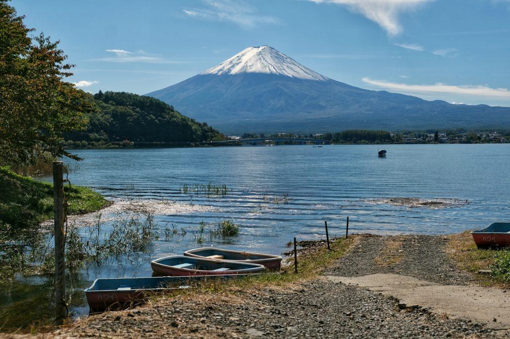 Des bateaux sur un lac avec vue sur le Fujiyama