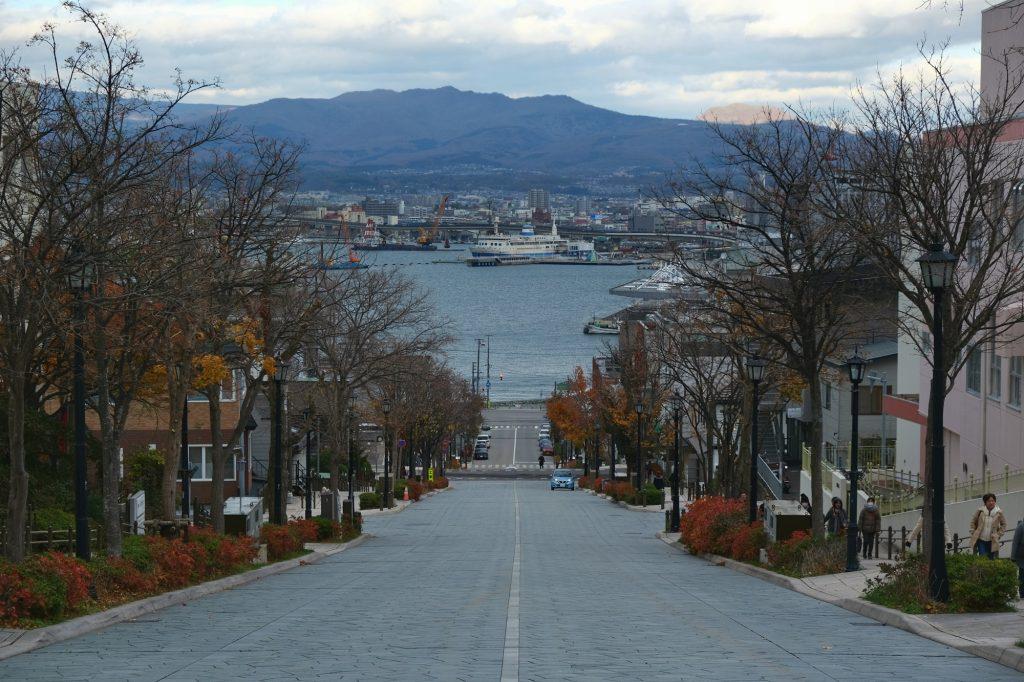 Rue de Hakodate avec vue sur le port