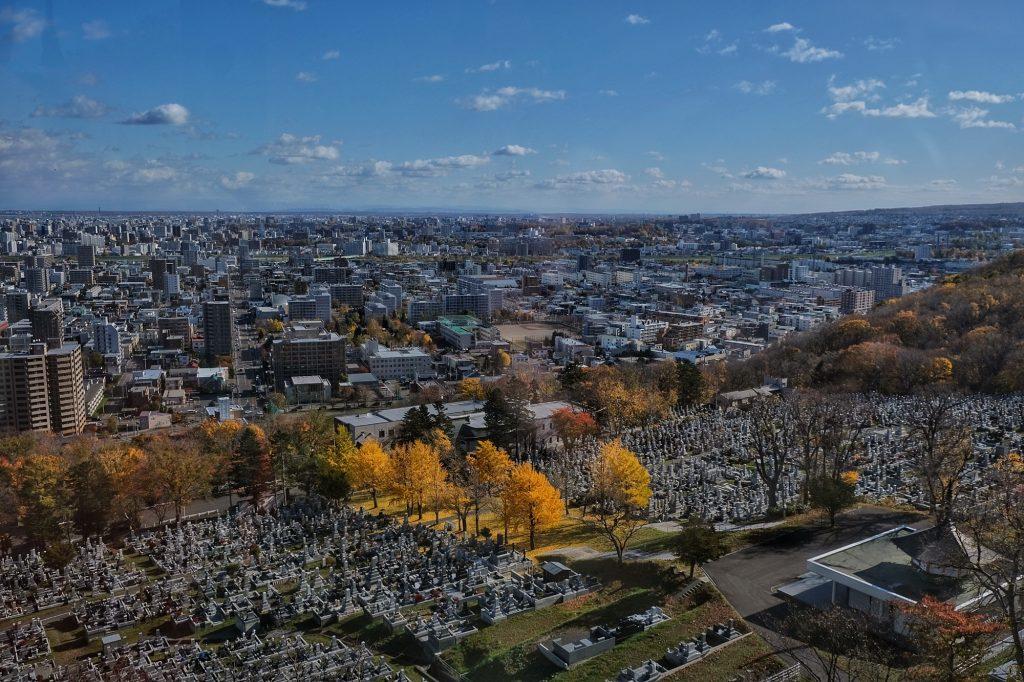 Un cimetière et son allée de ginkgos à Sapporo