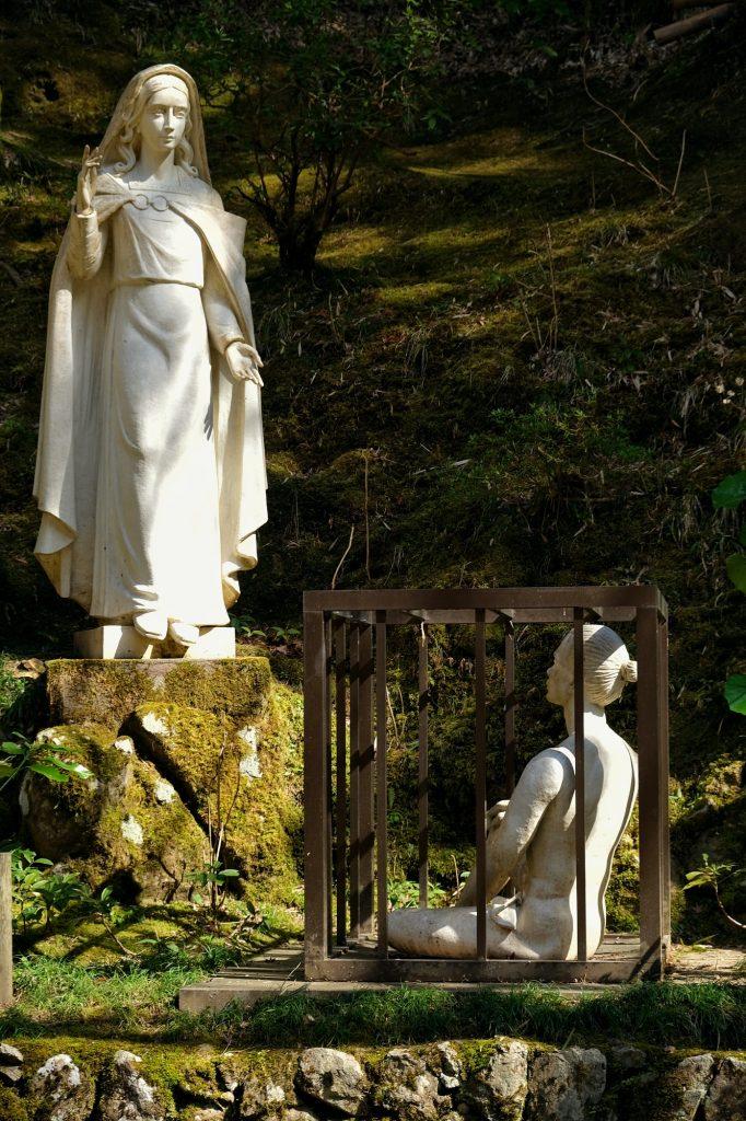 Statue représentant l'apparition de la Vierge Marie aux chrétiens de Tsuwano enfermés