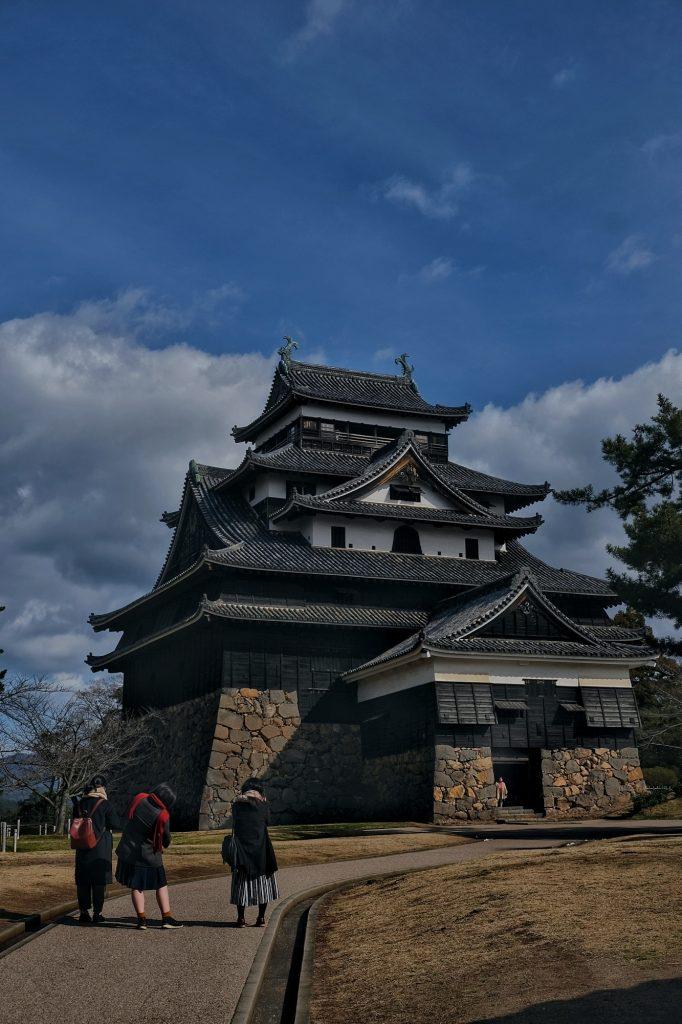 Des visiteurs arrivent au château de Matsue