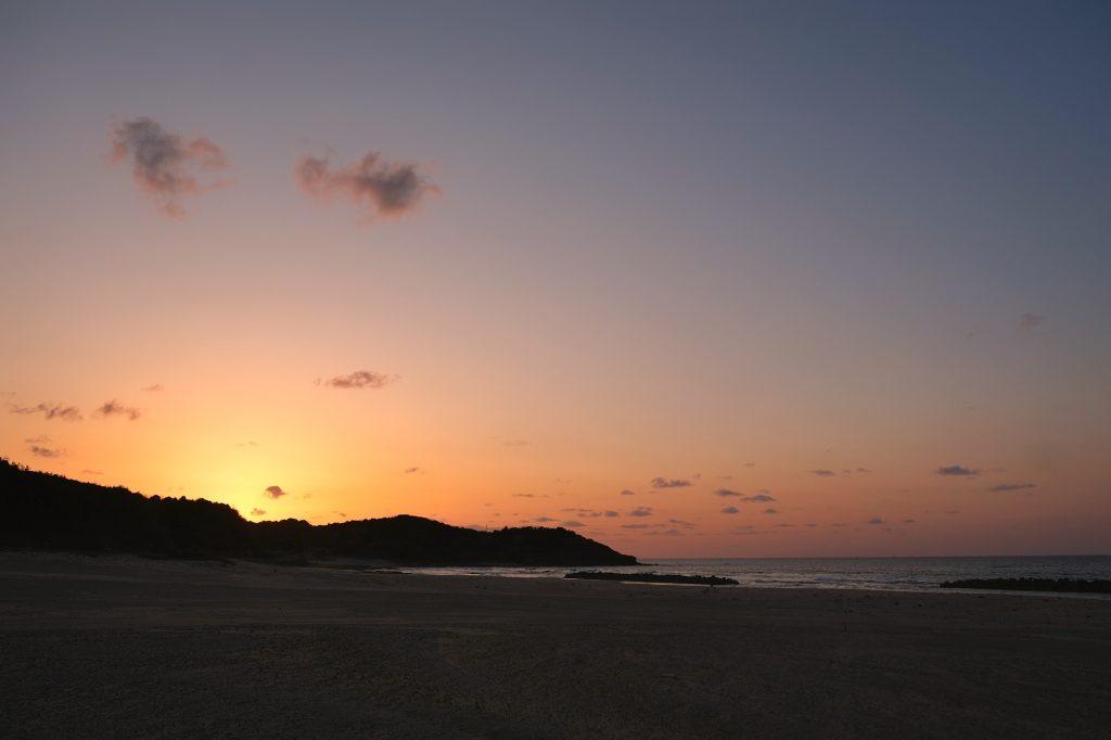 Coucher de soleil sur une plage de la mer du Japon
