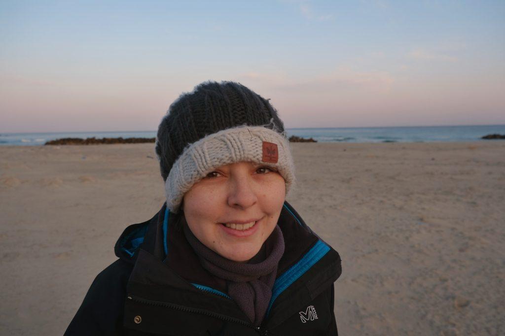 Claire sur une plage en bord de mer du Japon