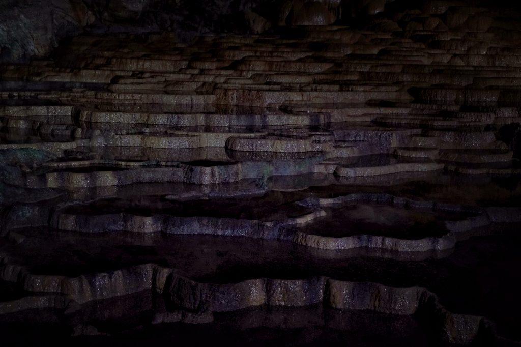 Formation rocheuse, rizières, dans la grotte d'Akiyoshido