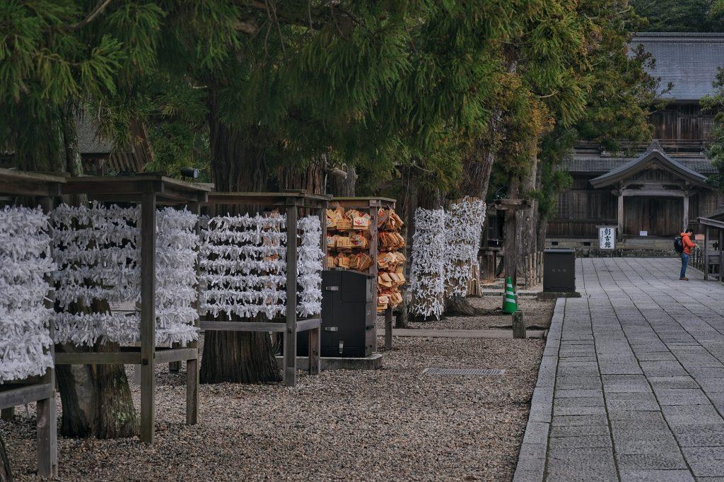 Les mauvaises fortunes accrochées sur les arbres du Izumo Taisha