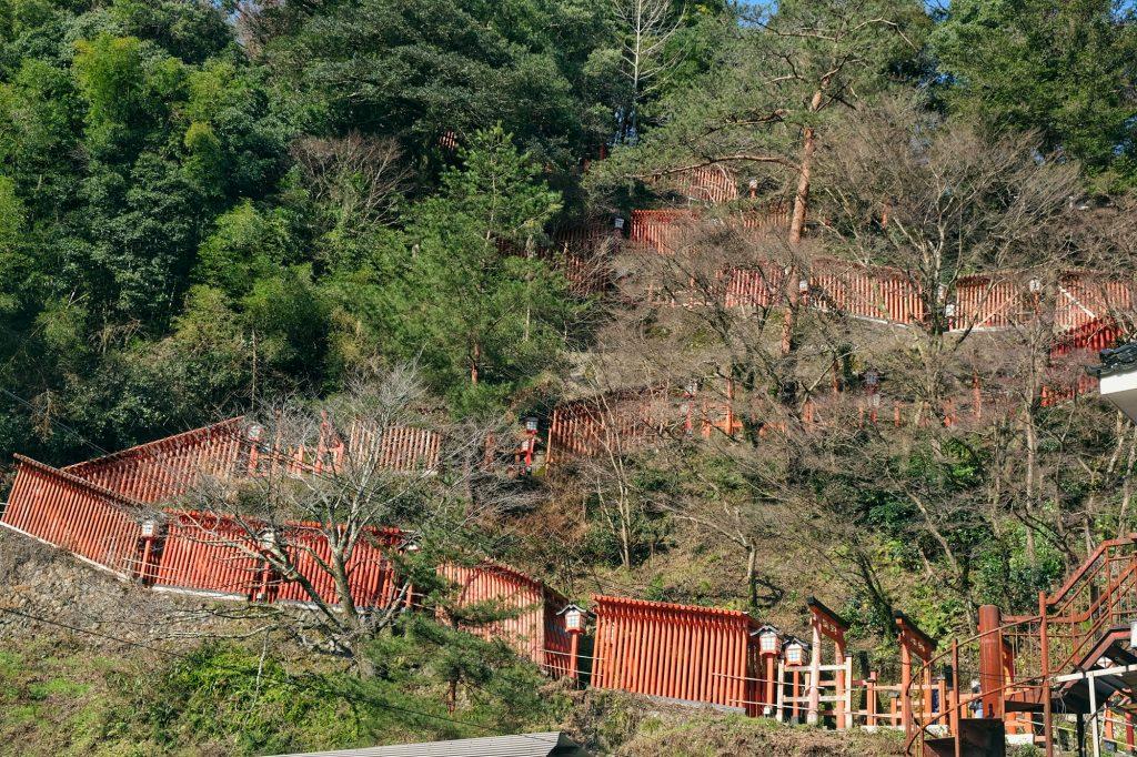 Le chemin de toriis montant vers le temple Taikodani Inari Jinja à Tsuwano