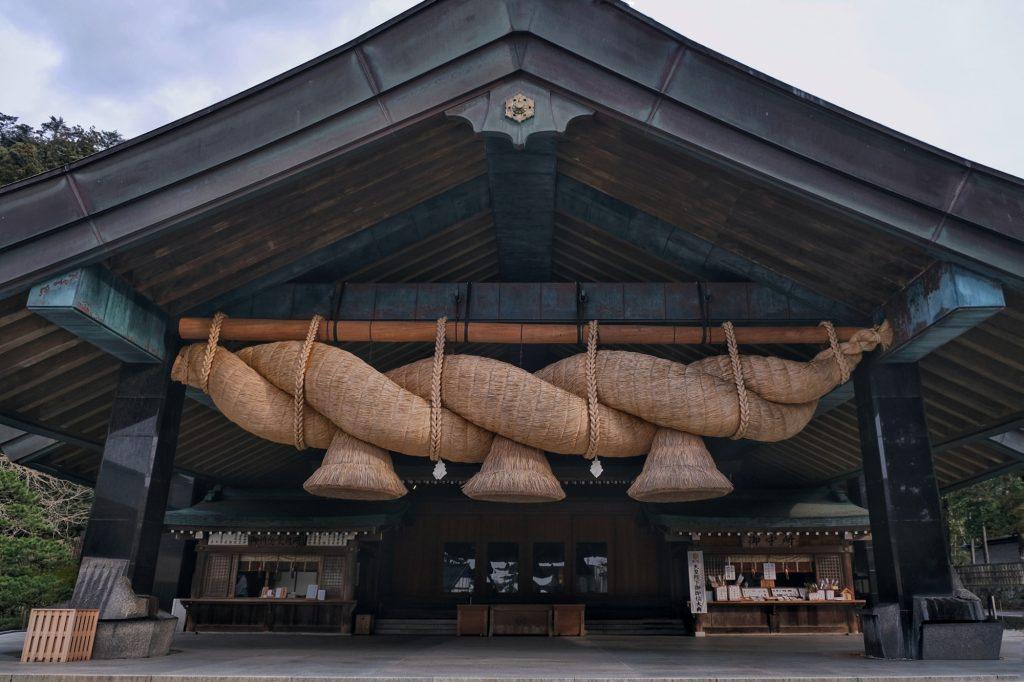 Le hall Okunigaeri et son immense corde tressée