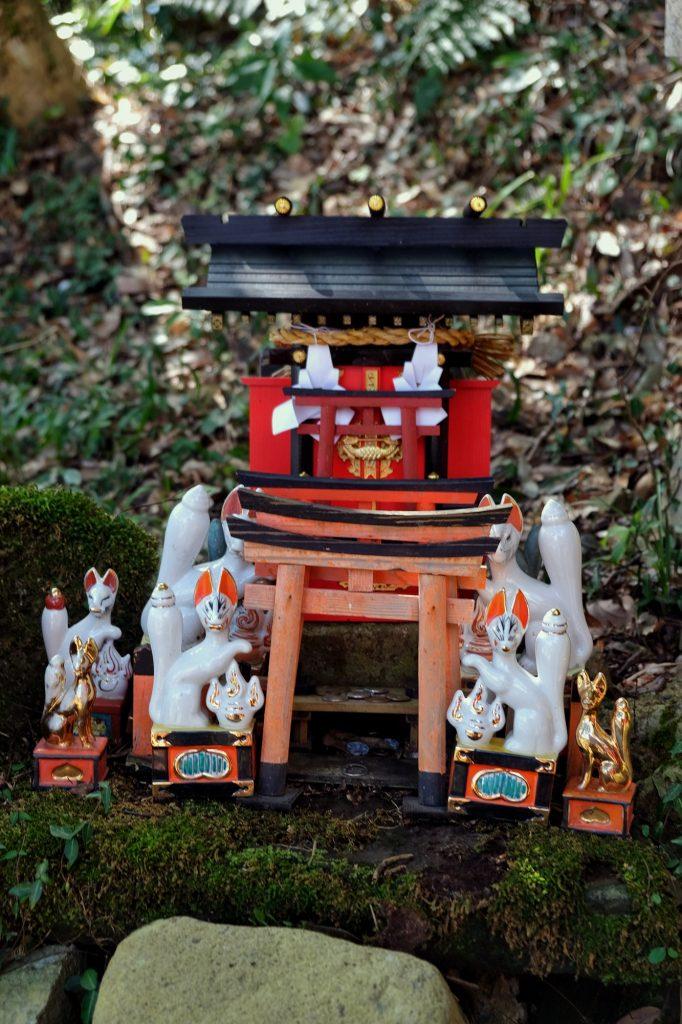 Petit autel sur le chemin du Taikodani Inari Jinja à Tsuwano
