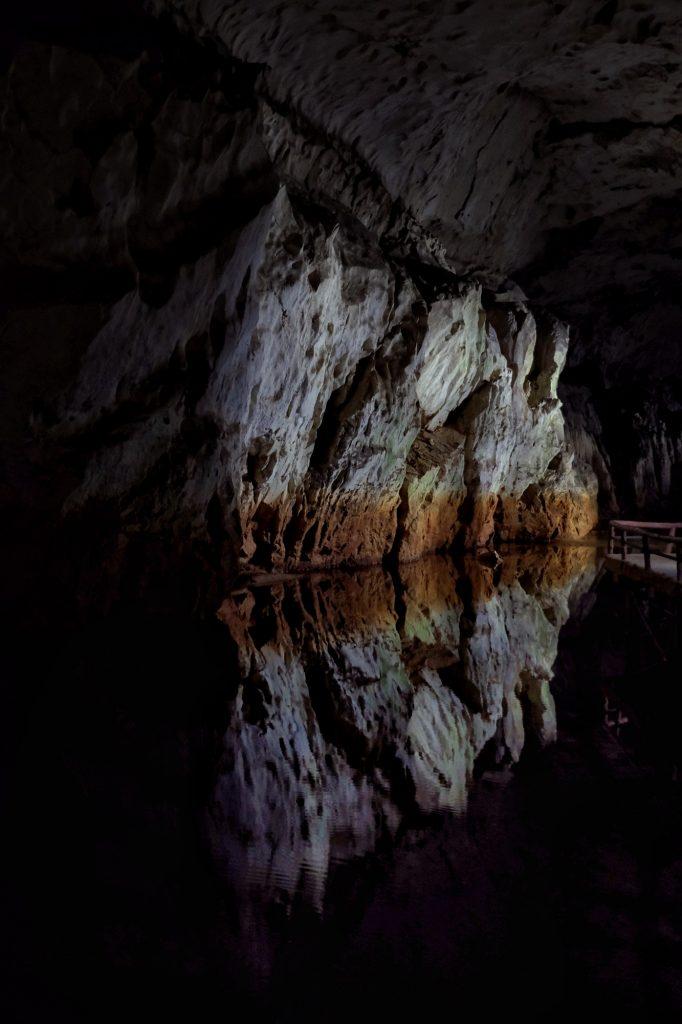 Reflet d'une paroi dans la rivière de la grotte d'Akiyoshido