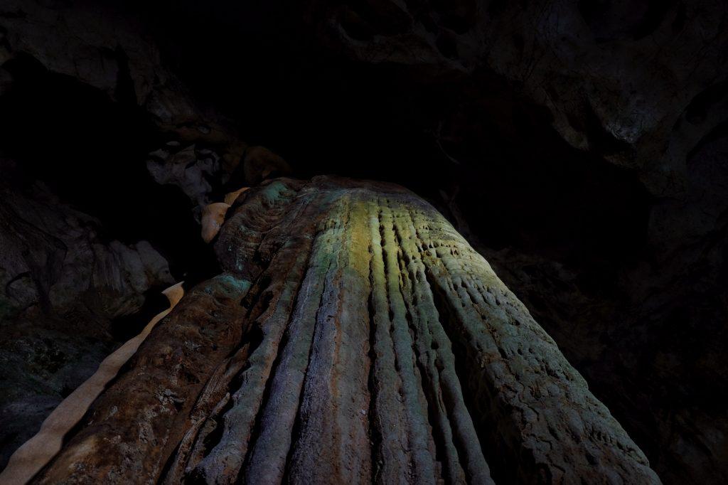 Une paroi-stalactites dans la grotte d'Akiyoshido