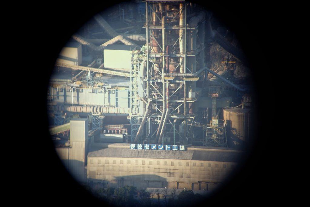 Vue d'une carrière dans les jumelles du parc Sakurayama