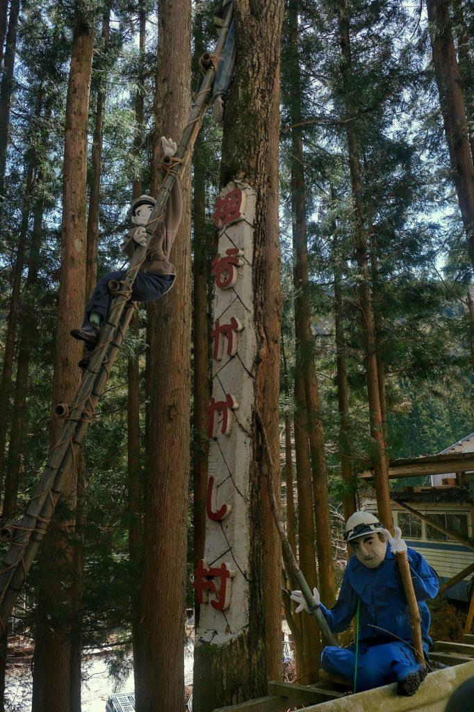Les épouvantails à l'entrée du village de Nagoro dans la vallée de l'Iya