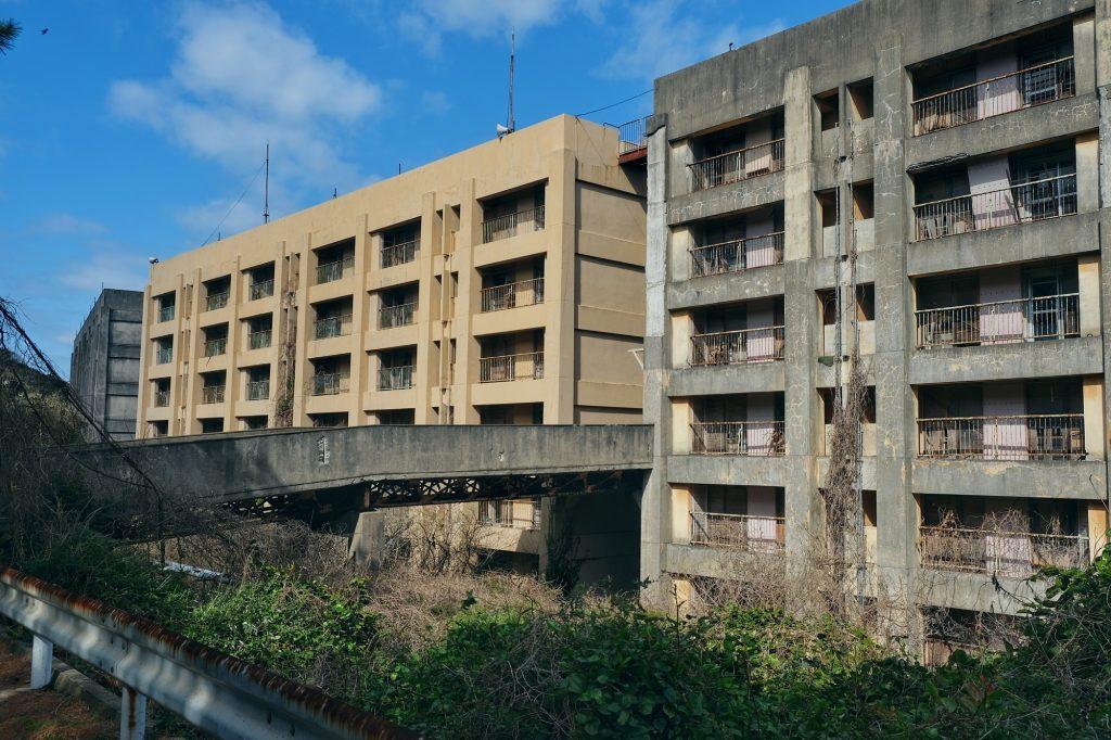 Des barres d'immeubles abandonnés sur Ikeshima