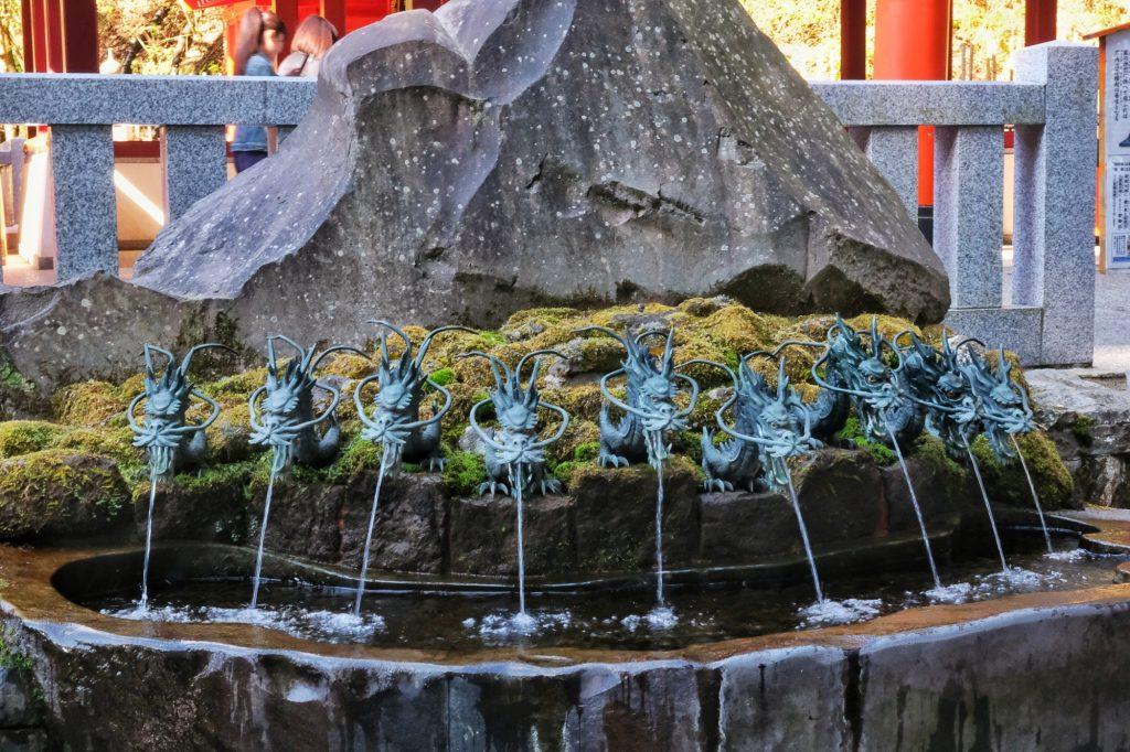 Le bassin à l'entrée du sanctuaire Hakone jinja