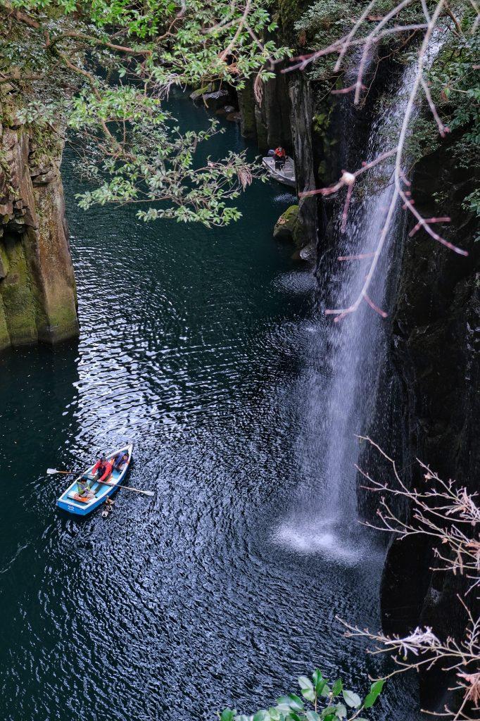 Des visiteurs dans leur barque dans les gorges de Takachiho