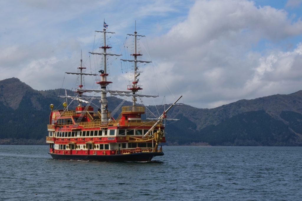Un bateau touristique atypique sur le lac Ashi
