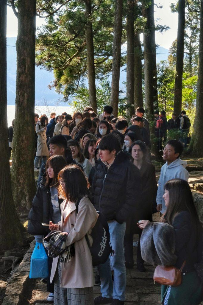 Beaucoup de monde font la queue pour se prendre en photo devant le torii du lac Ashi
