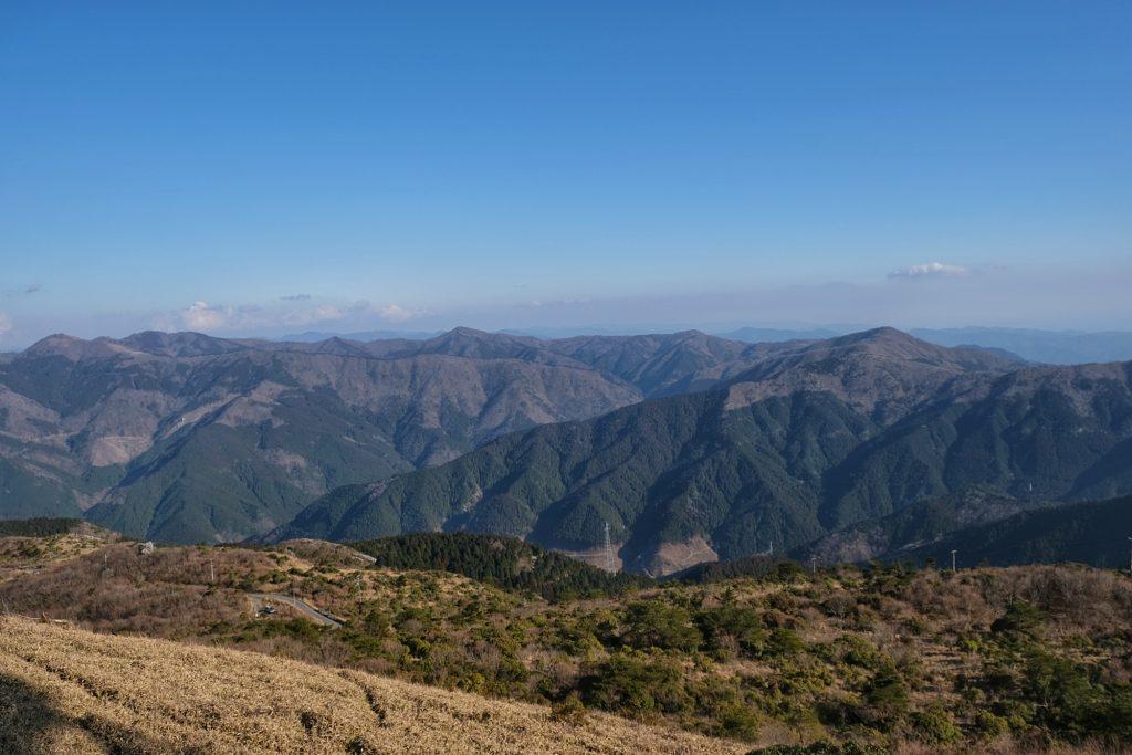 Une vue imprenable sur les montagnes alentours, notre voiture est en bas à gauche