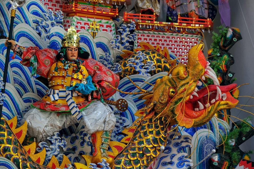 Décoration d'un char de matsuri devant un temple de Fukuoka
