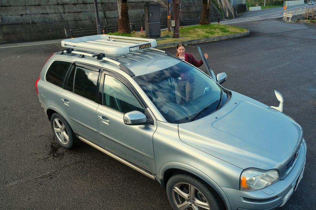 Arrêt au bord de l'océan Pacifique : Claire et notre voiture